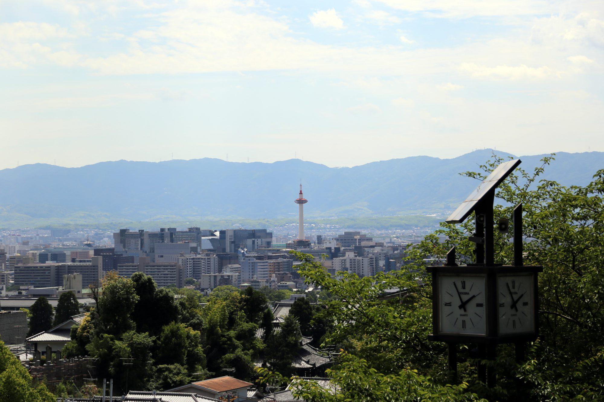 京都・清水寺仁王門前広場から望む「京都タワー」