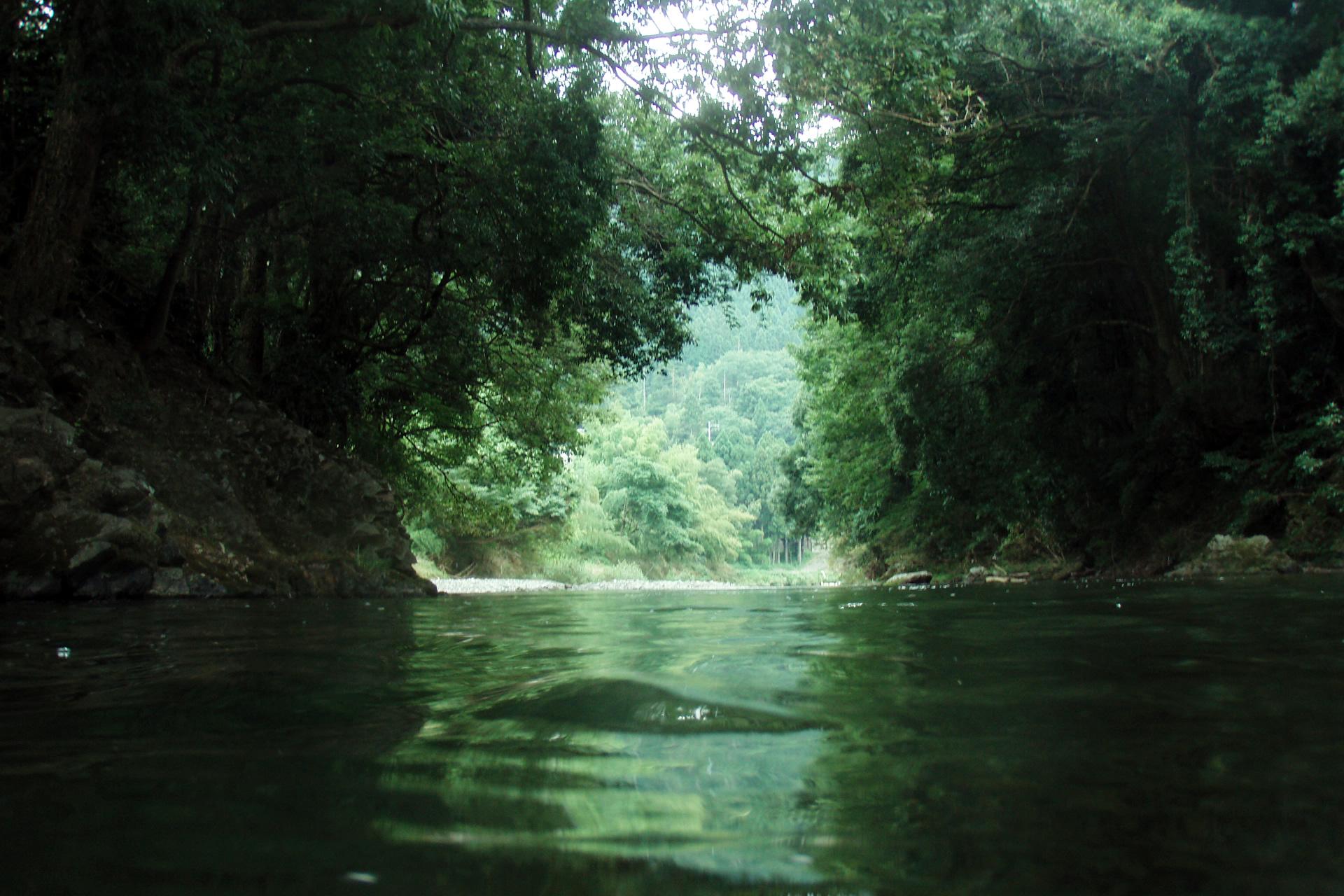 滋賀県の川で泳ぐ