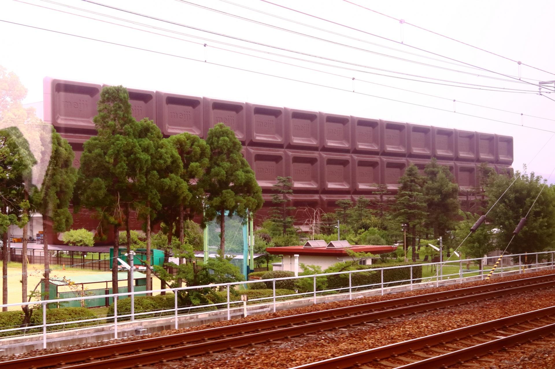 明治なるほどファクトリー大阪(大阪府高槻市)チョコレート工場の看板