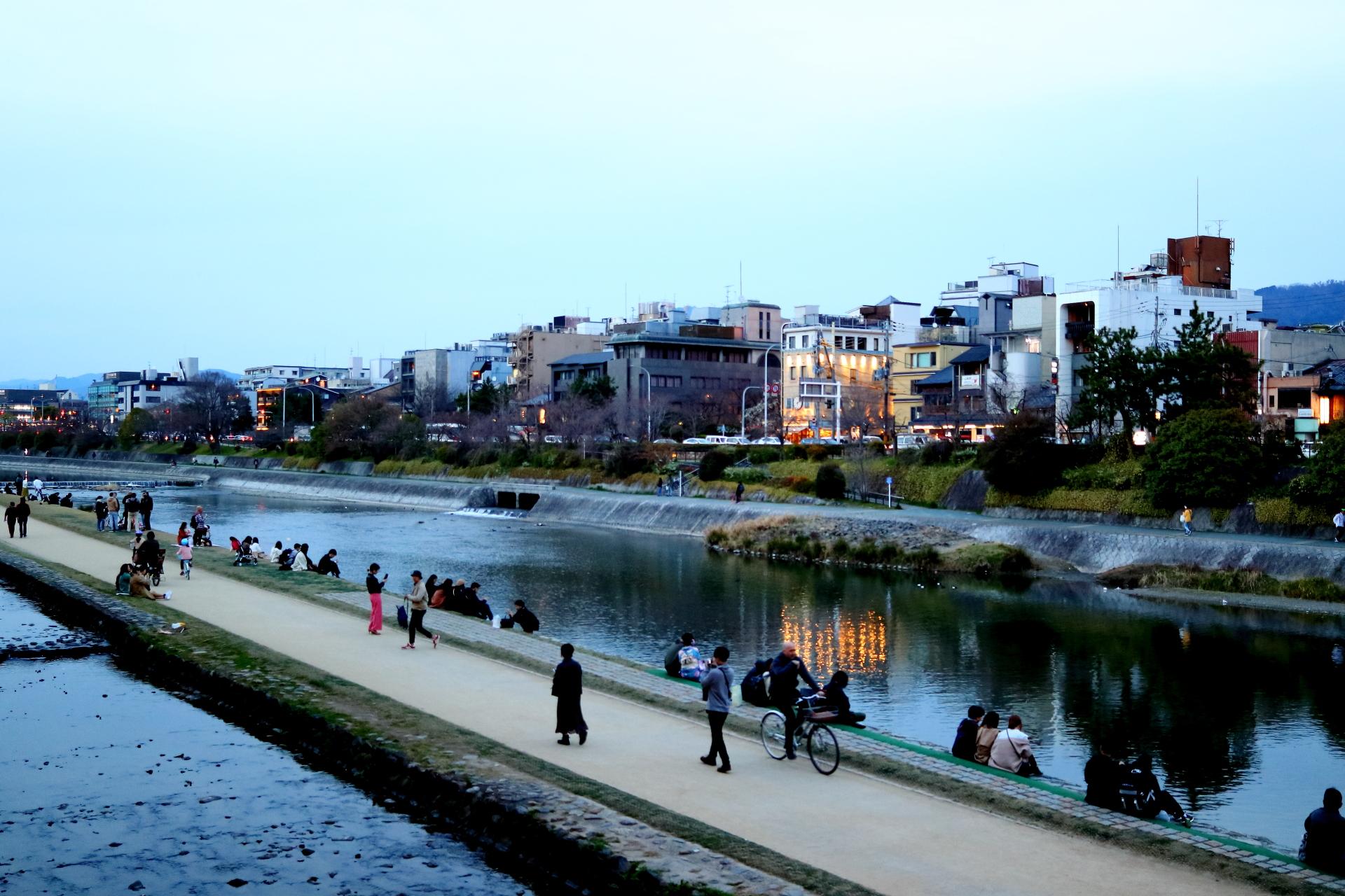 京都・四条大橋東詰からの夕方の鴨川(かもがわ)